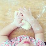 niña cocinando pastas buddhakiss